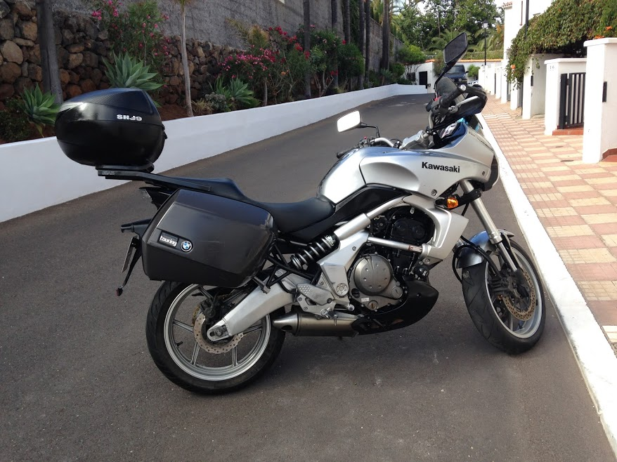 Moto trail Kawasaky Versys preparada para salir de viaje. Día antes del barco, para la ruta por Europa