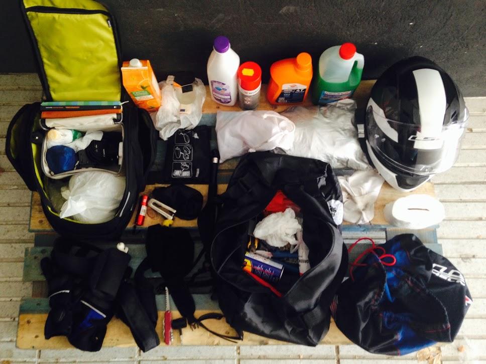 material que tenía en las maletas de la moto. Toca organización.