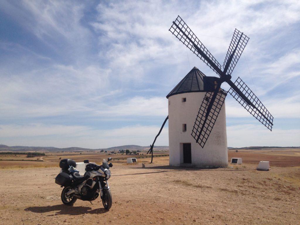 Descansando debajo de un molino en Castilla la Mancha. Rutas y viajes en moto por España