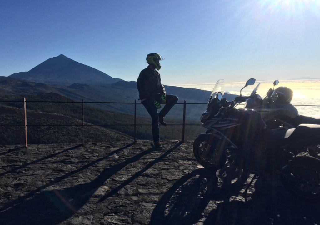 Mirador en las Cañadas del Teide. Descanso de la ruta con moto de 30 kilómetros de subida en curvas. ¡Brutal!