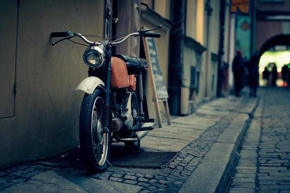 Moto en un callejón de Madrid. Mi viaje en moto desde la capital.